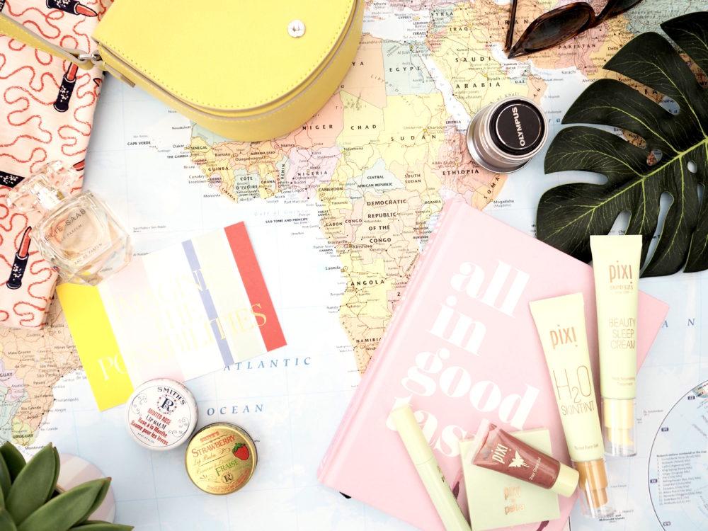 flatlay-world-map-fashion-blogger