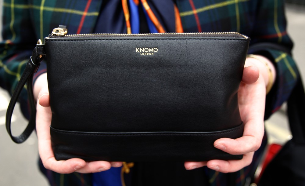 knomo pouch charger on the go iphone