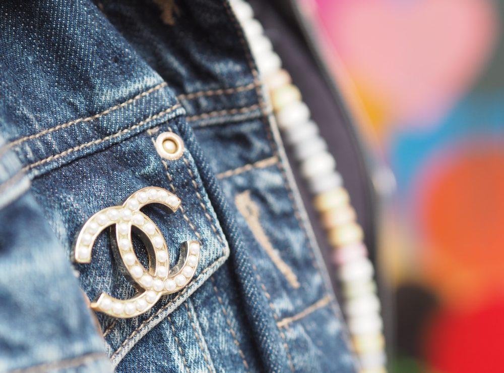 chanel-pearl-brooch-classic-style-interlocking-c