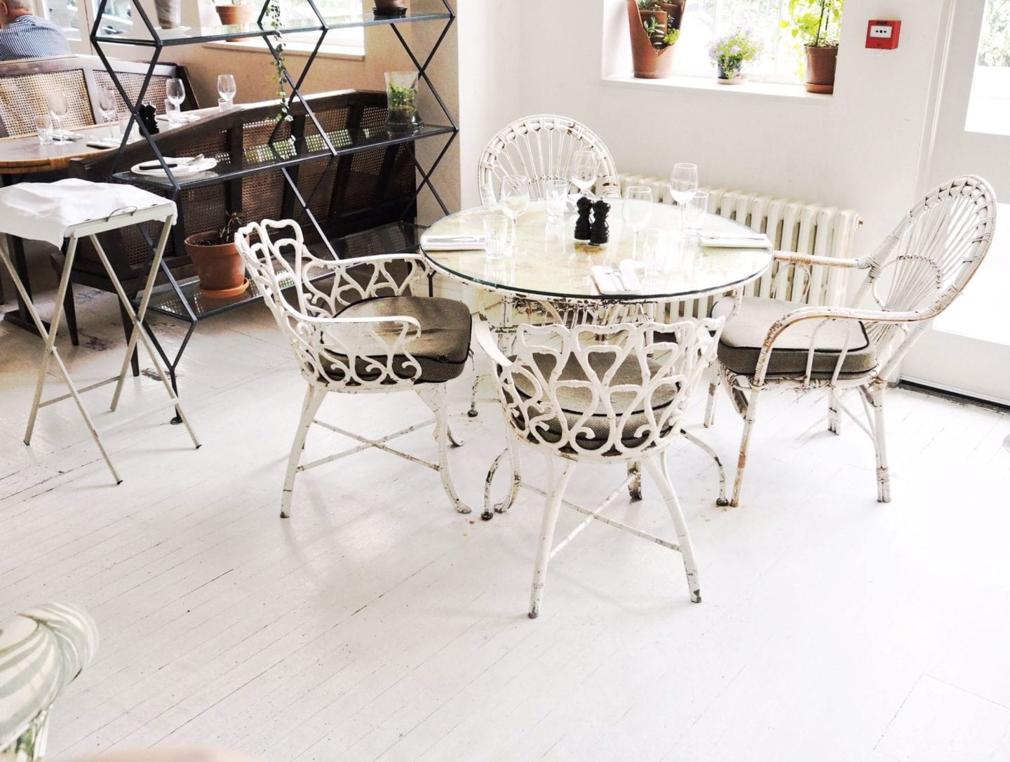 Bourne-Hollingsworth-buildings-london-beautiful-table-and-chairs
