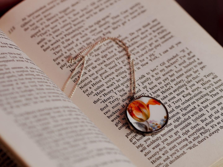 plate necklace sagan
