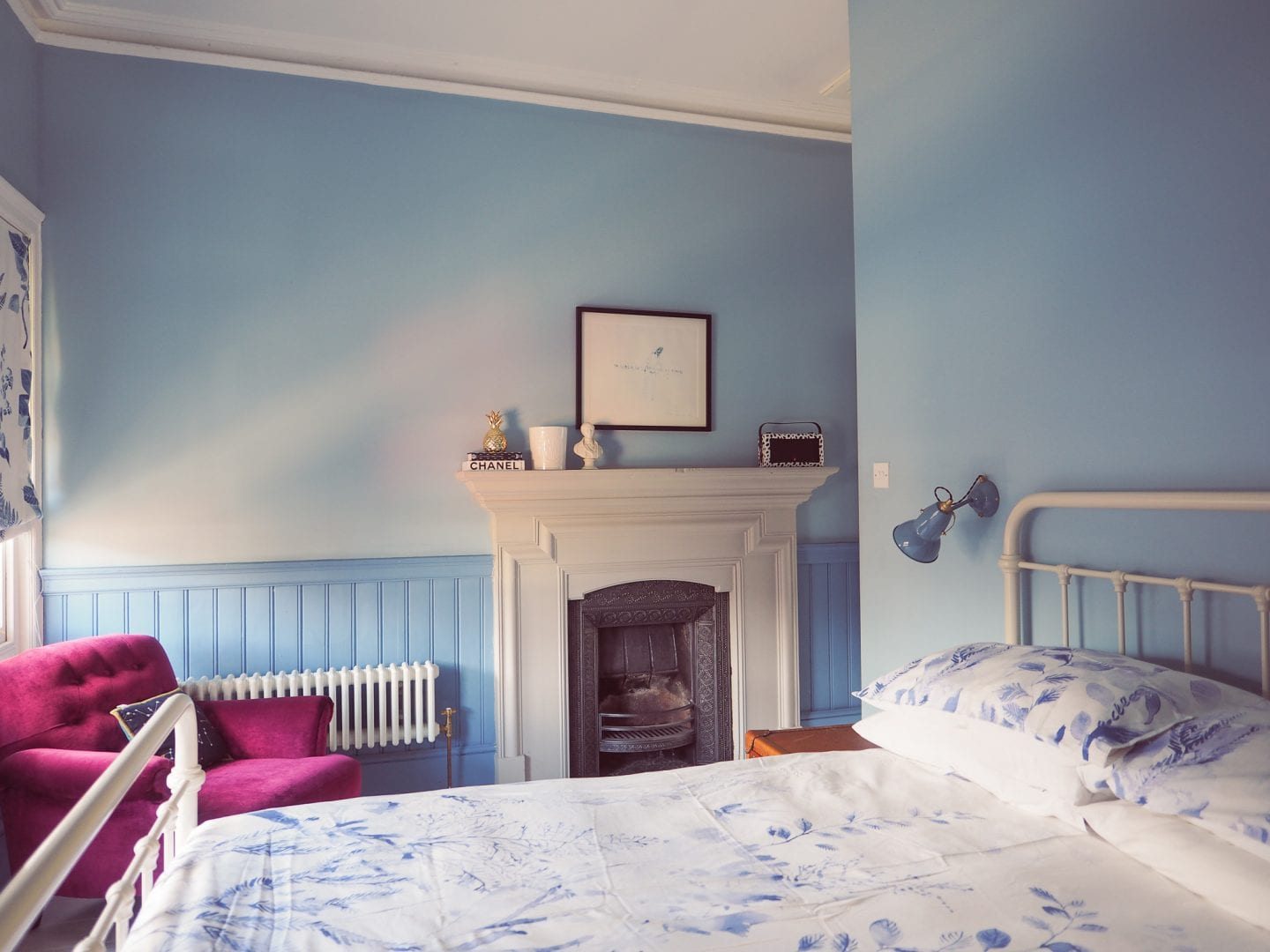 blue-seaside-bedroom-christy-bedlinen-anglepoise-lights