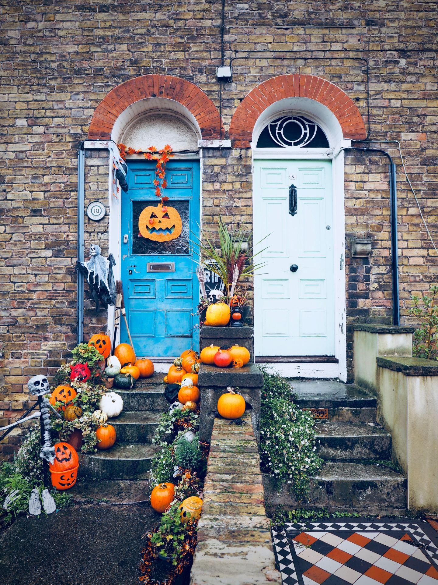 halloween door decorating