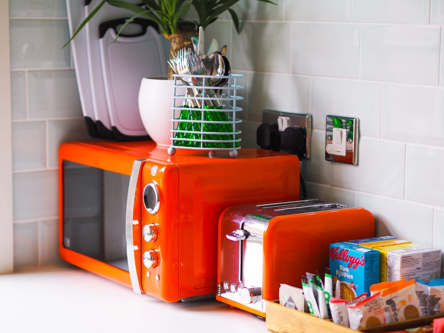 Margate-suites-hotel-airbnb-holiday-cottage-orange-microwave