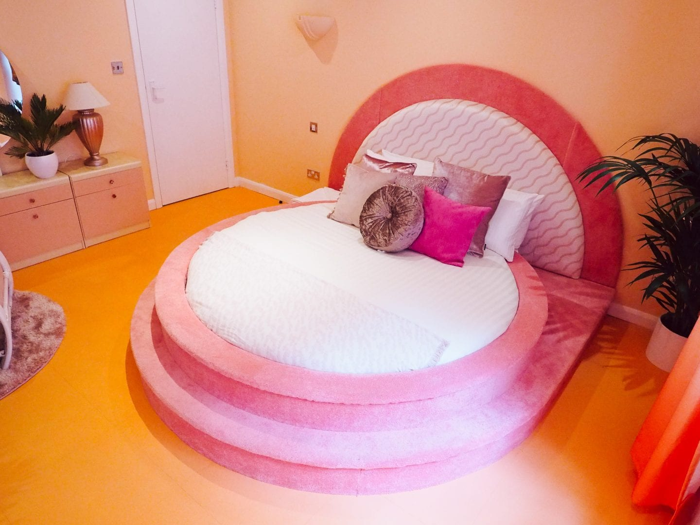 Margate-suites-hotel-airbnb-holiday-cottage-seashell-bedroom-bed-pink-bedroom