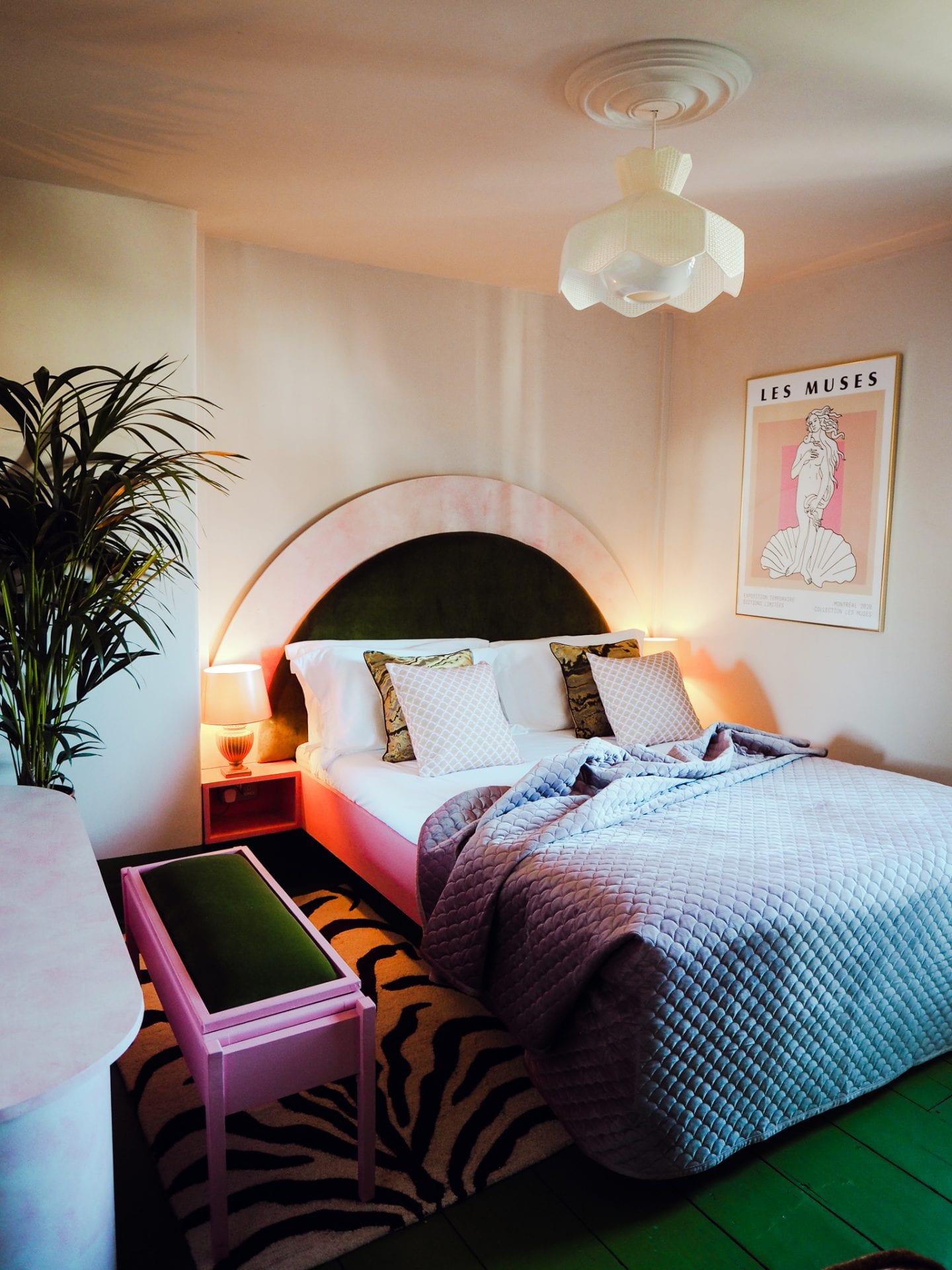 george-and-heart-margate-kent-les-muses-round-bed-amy-exton