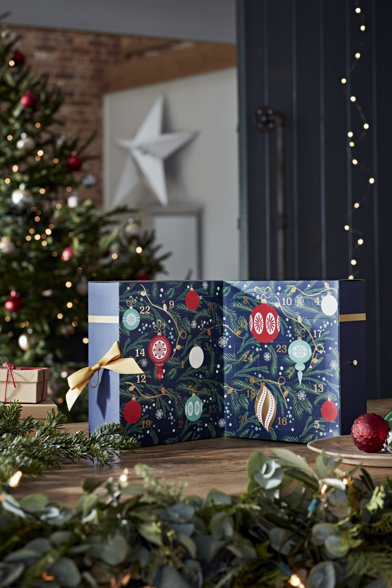 What's Inside The Yankee Candle 2021 Advent Calendar?! contents